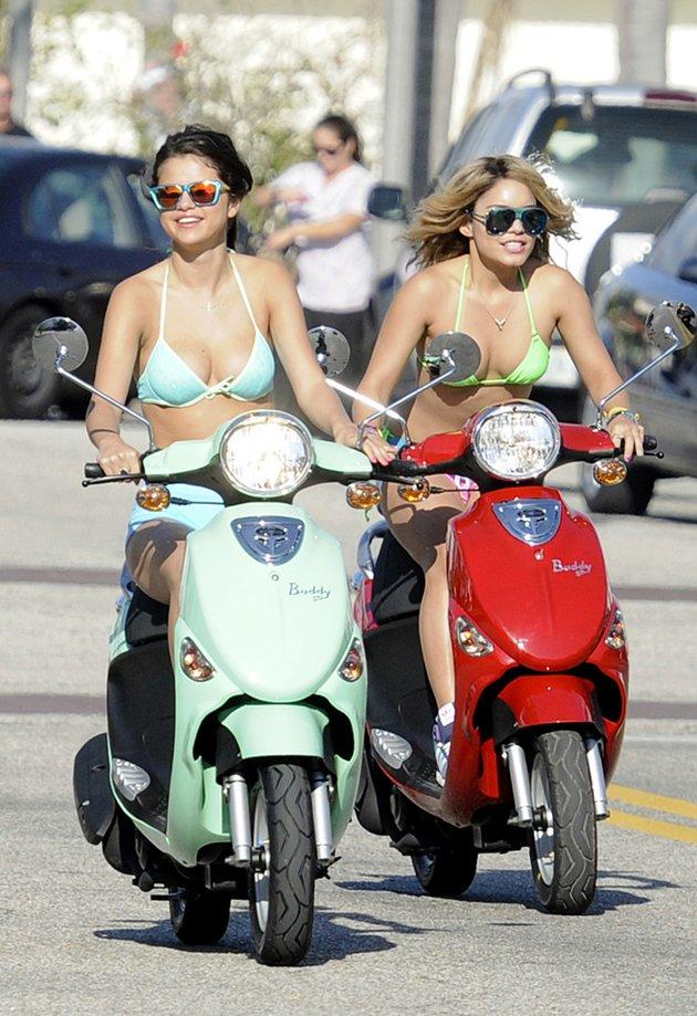 Selena Gomez Vanessa Hudgens in Bikini